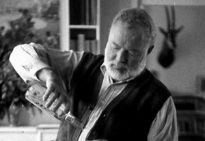 Ernest Hemingway bebiendo martini borracho tipo de drunk type of