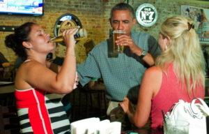 Obama disfrutar cerveza corona chicas chela bar cheves cervezálogo mirada del amor