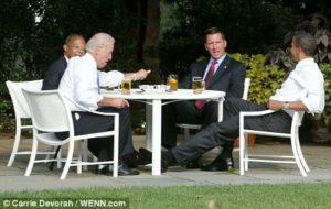 Obama cheves Biden Crowley Gates desayuno casa blanca chela cerveza cervezálogo  amigos nuevo orden mundial