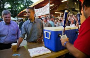 Obama sirviendo cheves festival budlight feria estatal casual chela