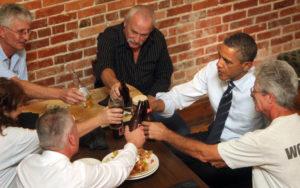 Barack Obama brindando bar trabajo sindicato cheve chela cerveza cena dólar