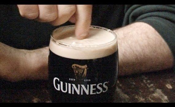 Ciencia cerveza Guinness draught física burbujas espuma modelo servir cerveza cervezálogo stout negro vaso espuma