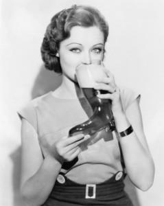 Mujer bebiendo cerveza bota cerveza chela cheve tomando espuma antigua retro viejita