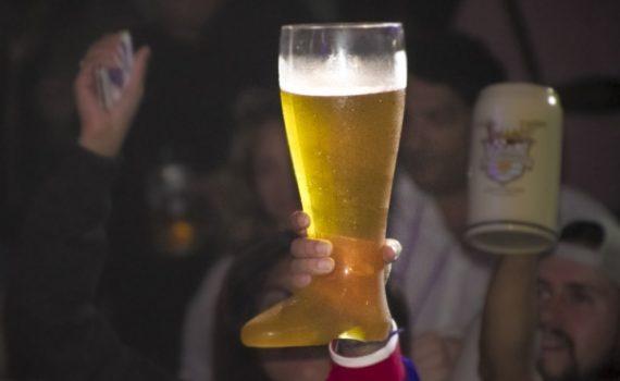 Beerboot Beerfest beer fest trohy cerveza levantando vaso cheve chela ganador ganando triunfo