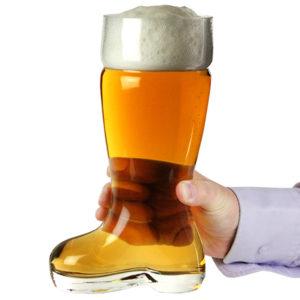 Bota cerveza vaso cheve alemania llena espuma aleman mano sostiene cerveza