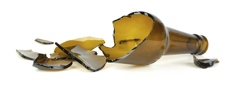 Botella rota quebrada rompió cerveza chela cheve explotó tronó quebró rompió pedazos vidrios cristal cheve chela