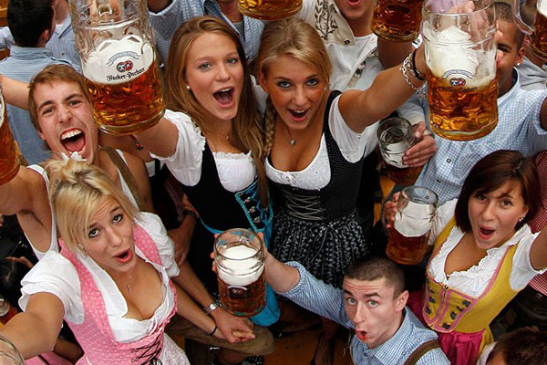 Oktoberfest Alemania cerveza tarros mujeres bebiendo mass bier oktoberfestbier marzen vestimenta tradicional vestido cheve chela cervezalogo alemana cerveza alemania