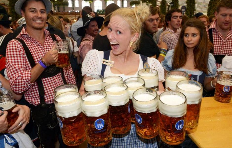 Cerveza sorprendida mesera boca abierta tarros cheve chela cerveza alemana alemania aleman beber tomar felicidad sorpresa