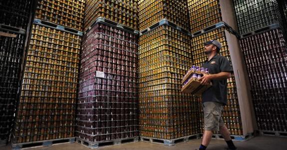 Latas cerveza almacenadas almacenaje guardadas encimadas lotes cheve chela bodega
