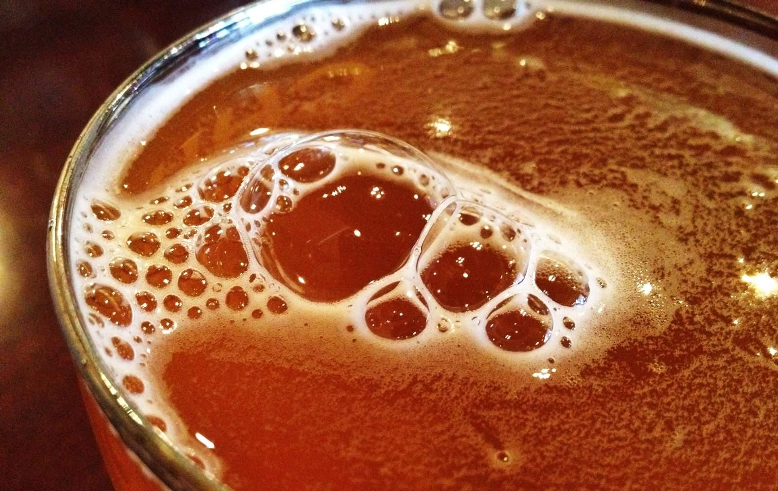 Cheve zoom chela cerveza cerca espuma espumosa burbujas burbujeante vaso
